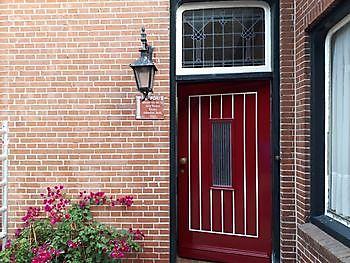 Voordeur in twee kleuren geverfd Schildersbedrijf Klein Vlagtwedde